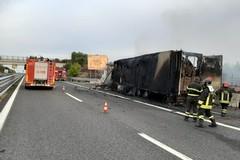 Tratto Andria-Canosa di Puglia dell'A/14 bloccato per 3 ore a causa di un tir in fiamme