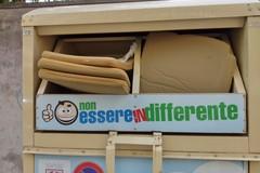 Raccoglitore indumenti usato per smaltire rifiuti spugnosi