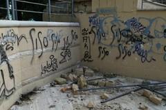 Inciviltà urbana: devastato l'anfiteatro della villa comunale