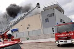 Incendio in un'azienda di Barletta, le precauzione da adottare nel raggio di tre chilometri