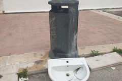 """""""Il zozzone non va in quarantena"""": un lavabo abbandonato per strada in zona SS. Sacramento"""