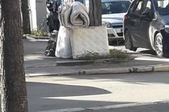 Vecchi materassi abbandonati in pieno giorno su via Annunziata