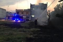 """Incendio di erba lambisce la scuola elementare """"Giuseppe Verdi"""": intervento dei Vigili del Fuoco e Polizia Locale"""