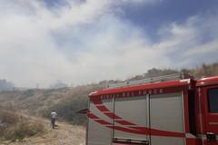 Vasto incendio nella zona di Torre San Pietro, nei pressi di Montegrosso