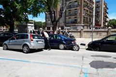 Sbanda con la propria autovettura e danneggia tre auto in sosta: incidente in via Padre N. Vaccina