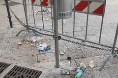Sporcizia e degrado: piazza Duomo ripiomba nella sua anormalità