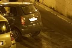 Nella notte, auto sbanda e finisce contro veicoli in sosta