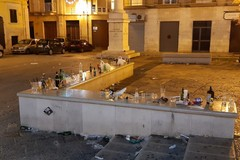 Rifiuti sparsi ovunque: ecco quel che resta della vigilia di Natale nel centro storico