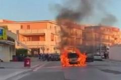 Prende fuoco autovettura in via Indipendenza: intervento di Polizia Locale e Vigili del Fuoco