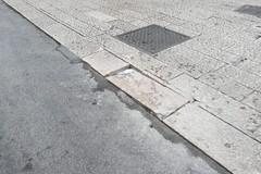 Una basola inclinata tra via De Anellis e via Museo del Confetto rischia di provocare seri danni ai pedoni