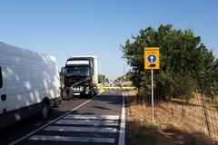 Traffico a rilento sulla devizione della ex sp 231: camion rumeno in panne sulla carreggiata