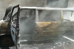 Furgone prende fuoco in via Addis Abeba: seri danni al prospetto di un edificio