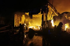 Lavoreranno tutta la notte i Vigili del Fuoco, nell'inferno del capannone di via Barletta