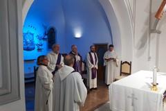 """Mons. Mansi celebra alla chiesa delle Sacre Stimmate la Messa natalizia per il personale del """"Bonomo"""""""