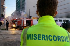 Incendio in una officina meccanica, assistenza della Misericordia