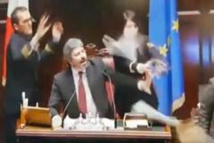 L'on. D'Ambrosio (M5S) fa gesto delle manette contro il Pd, bagarre alla Camera