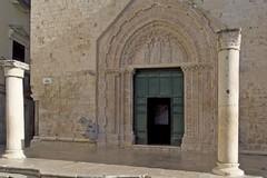Danni a condotte idriche causano crepe sulla facciata e sul portale della chiesa di sant'Agostino