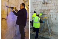 Rimossa la svastica sul muro del campanile della chiesa Cattedrale