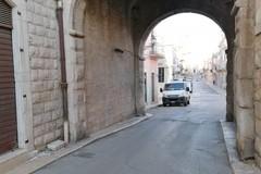 Sanificazione del tratto viario dell'arco di Porta Sant'Andrea, liberato dal guano dei colombi