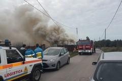Incendio in un capannone di legnami in via Malpighi: sul posto VV.F. e Polizia Municipale