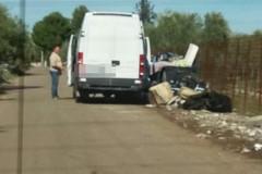 Scarica rifiuti nelle campagne andriesi: biscegliese immortalato dalle foto del Comune