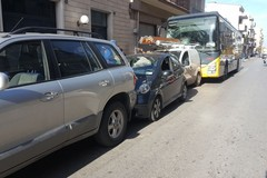 Pulman sbanda causa malore dell'autista: incidente in via Barletta