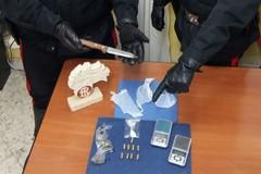 Casalinga insospettabile deteneva droga e munizioni