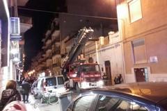 Poliziotti e VV.F. irrompono dalla finestra del 3° piano: scena da film in piazza Trieste e Trento