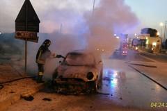 Auto prende fuoco all'uscita del casello autostradale: illesi gli occupanti