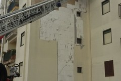 Tragedia sfiorata in via Polignano a Mare: cadono pesanti pannelli isolanti da una palazzina ARCA