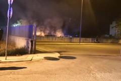 Grosso incendio a ridosso del cimitero: a fuoco sterpaglie e rifiuti