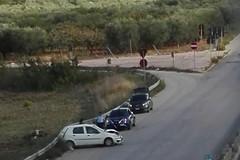 Auto si schianta sulla ex 98, voleva evitare un pedone