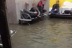Bomba d'acqua ieri sera ad Andria, le immagini della stazione diventano virali. IL VIDEO