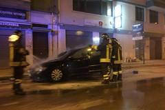Incendio di automobile in via Barletta, arrivano i Vigili del fuoco