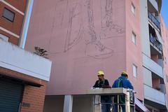 Street art in viale Ovidio, ecco come la facciata di un palazzo cambia volto