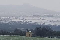 Castel del Monte si tinge di bianco anche il 1° aprile, neve sulla Murgia