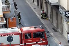 Fuga di gas in via Settembrini, tecnici al lavoro per un tubo divelto da un auto in sosta