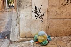 Muri imbrattati e rifiuti per strada, triste cartolina del centro storico di Andria