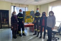 L'artista andriese Isabella Pistillo omaggia con un suo dipinto il corpo dei Vigili del Fuoco di Bari