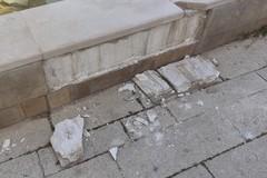 Vandali in azione nel centro storico, danneggiata fontana a Largo Grotte