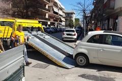 Auto parcheggiata davanti a scivolo per carrozzine, interviene l'assessore Colasuonno