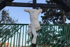 Distrutto il crocifisso nei pressi del cimitero; il vandalo è nelle mani dei Carabinieri