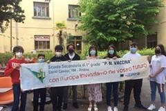 """Giornata della Legalità, flash mob alla scuola """"Vaccina"""" con frasi-ricordo su Falcone e Borsellino"""