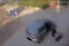 Altri sporcaccioni beccati: 500 euro di multa per loro. Ecco i fotogrammi