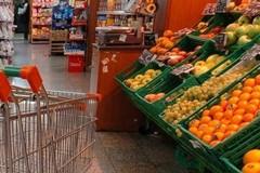 Chiedono l'elemosina in due davanti al supermercato, scoppia la rissa