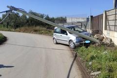 Autovettura abbatte palo Telecom in via Malpighi, conducente 82enne illeso