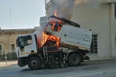 Mezzo della Sangalli prende fuoco: fiamme nei pressi di via Corato. FOTO e VIDEO
