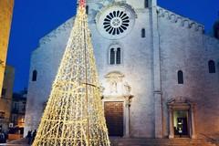 Piazza dell'Odegitria illuminata con l'albero di Natale della Maldarizzi Automotive S.p.A.