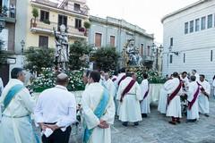 La processione dei Santi patroni, folla di fedeli per S. Riccardo e la Madonna dei Miracoli