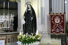 """L' Arciconfraternita dei Servi di Maria SS. Addolorata in processione con il simulacro della """"Desolata"""""""